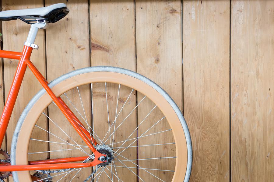 """Las piezas de bicicleta se pueden fabricar con latas de """"hojalata"""" y aluminio.  Crédito de la imagen: Sutichak"""